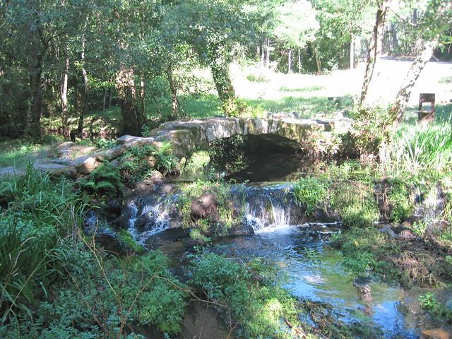 Ponte Paradela en la ruta del Castro Lupario y río Sar