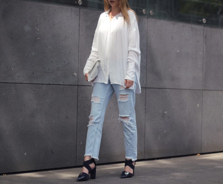 outfit ripped cropped mom zara jeans navi blue uterque heels laser cut h&m clutch basic white &otherstories shirt