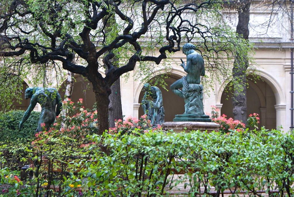 Statue du musée des Beaux Arts de Lyon au printemps sous la pluie.