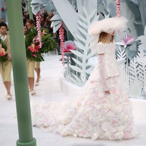 Haute Couture S/S 2015 @chanelofficial runway show! GORGE!!!! :-)) xoxo-MK #chanel #couture #michaelkuluva #gown