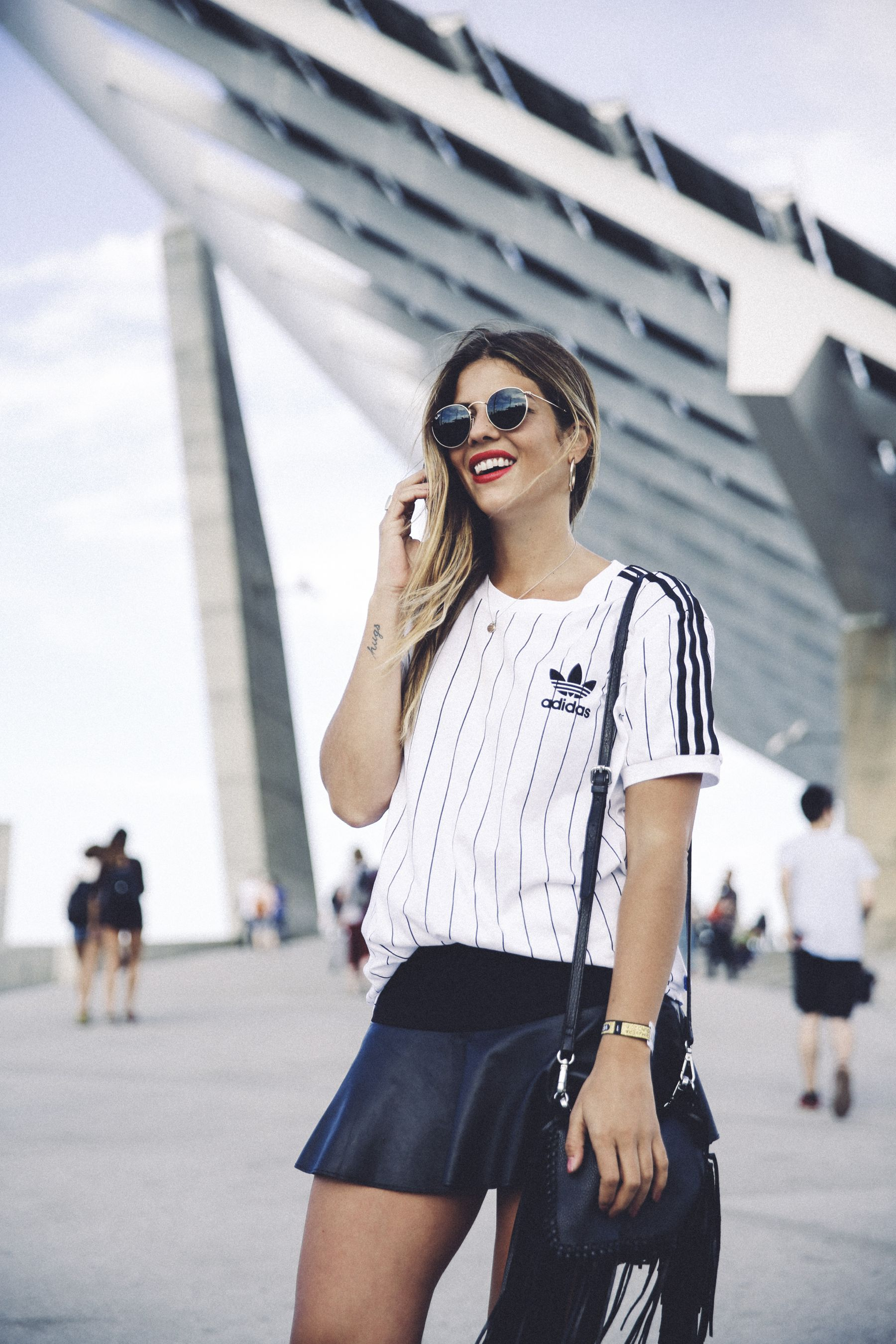 outfit look primavera spring street style trendy taste inspiration falda skirt cuero leather zara adidas originals t-shirt camiseta rayban red lips sneakers zapatillas bolso flecos fringes bag_5