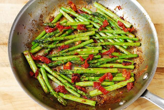 how to cook asparagus in a skillet, chicken asparagus dinner, chicken and veggies, gluten free dinner