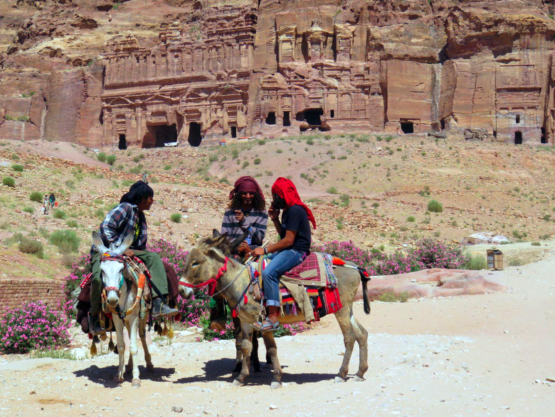 Jordanos en Petra jordania - 27288671491 30a9468e60 o - ¿ Es seguro viajar a Jordania ?