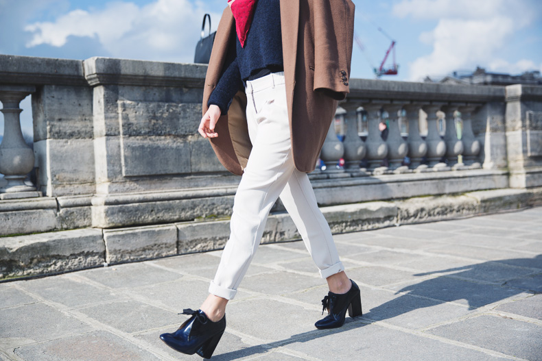 WHITE_TROUSERS-HAT-SCARF-BLUE-CAMEL_COAT-PFW-STREET_STYLE-37