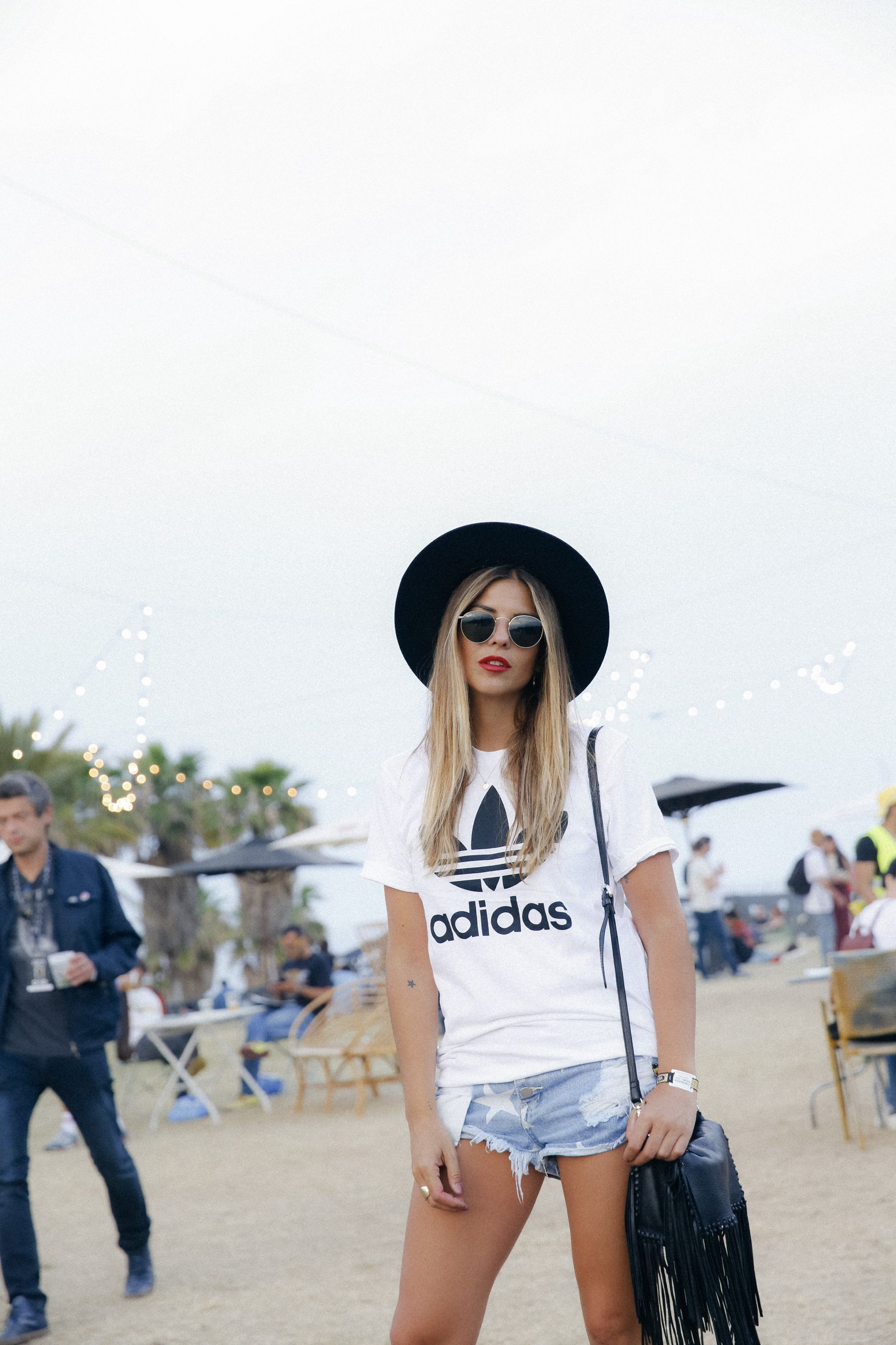 outfit look primavera spring street style trendy taste inspiration jeans shorts festival denim sombrero hat fringes leather boots ankle botines cuero flecos rayban chloe asos adidas primavera sound_6