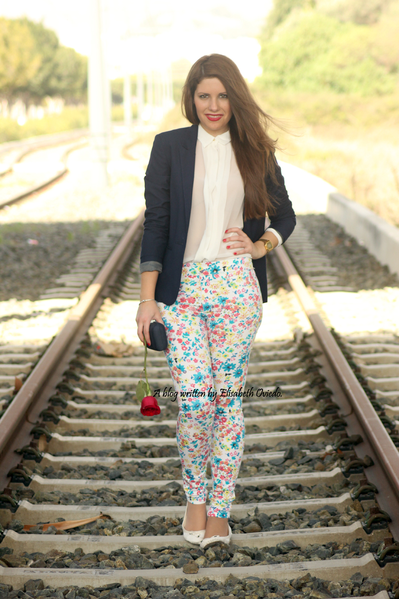 pantalones-florales-y-blazer-azul-HEELSANDROSES-(1)