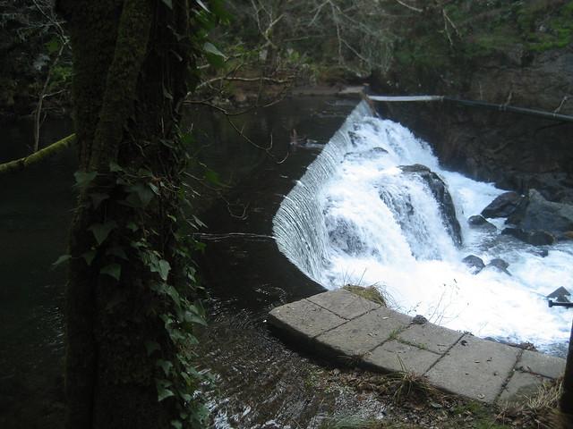 Represa en el río Umia en Caldas de Reis