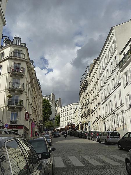 rue et nuages