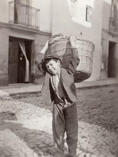 Un niño en Toledo hacia 1910 por Charles Upson Clark