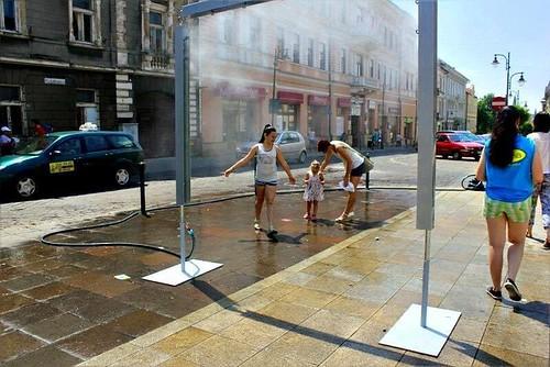 Посеред вулиці - душ для перехожих