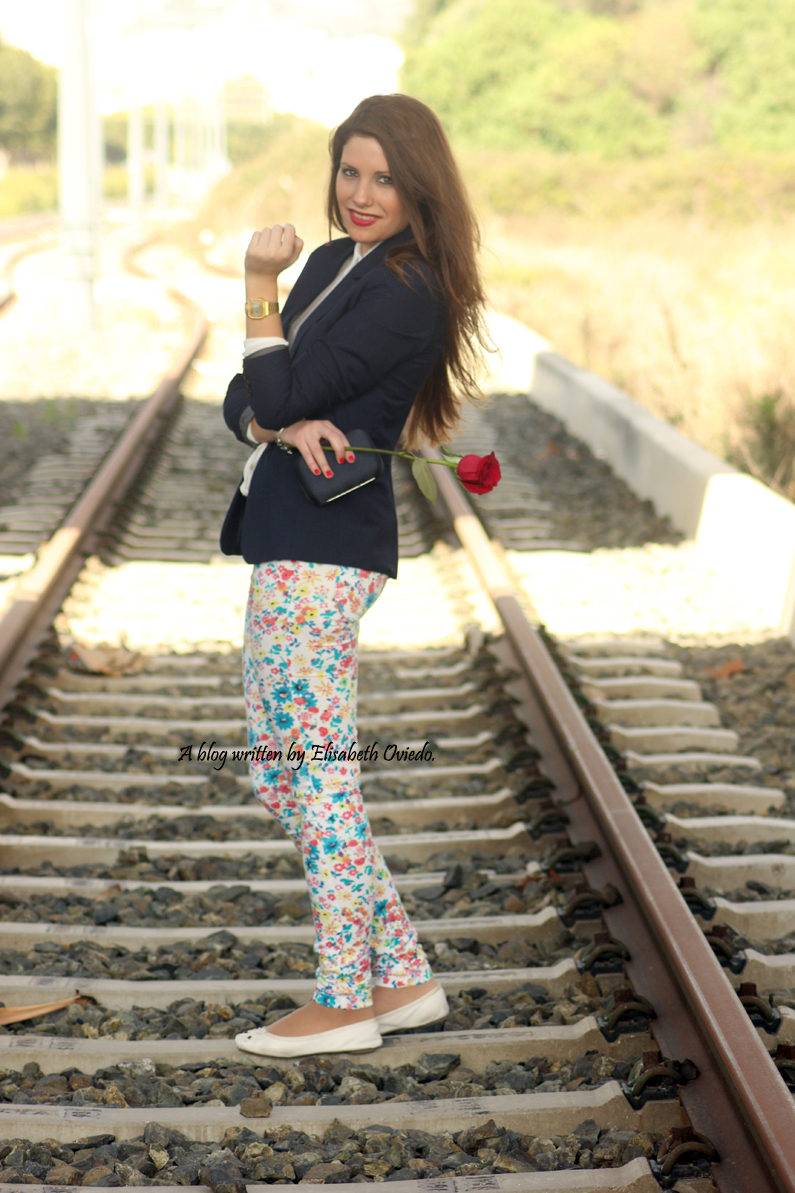 pantalones-florales-y-blazer-azul-HEELSANDROSES-(4)
