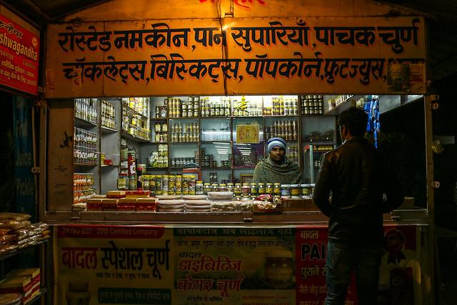 Small shop on the way from Delhi to Jaipur at night, India デリーからジャイプールまでの道中にあった小さな店