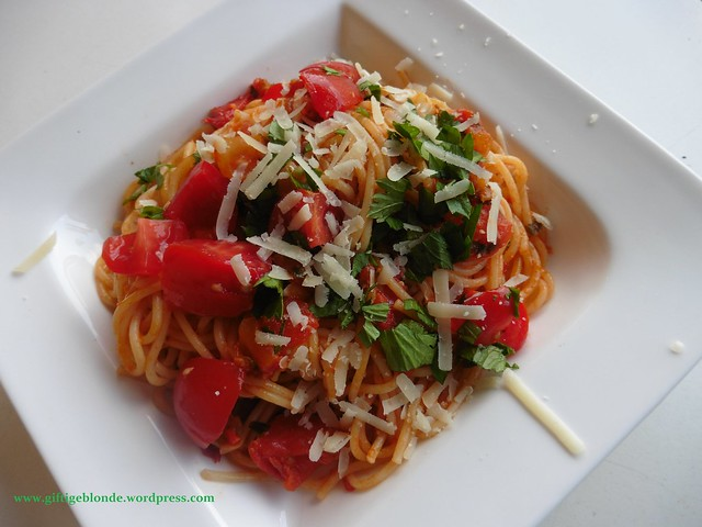 Pasta mit Paradeisern und frischem Stangenzeller