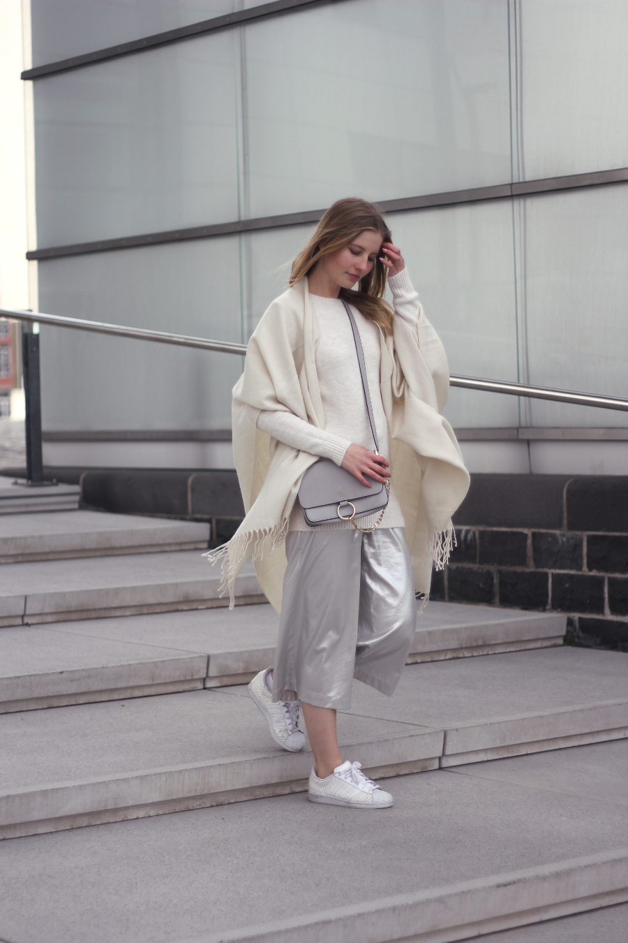 outfit silber culotte pullover Poncho sneaker