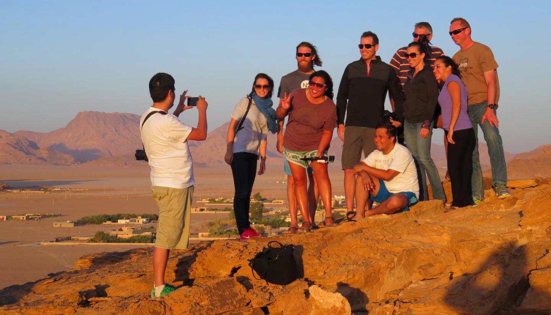 Turistas disfrutando de una puesta de Sol en Wadi Rum jordania - 26752641283 acbc49ed3a o - ¿ Es seguro viajar a Jordania ?