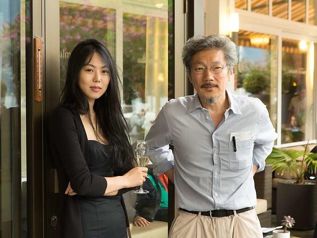 Der-Gewinner-des-Goldenen-Leoparden-Regisseur-Hong-Sangsoo-und-Darstellerin-Kim-Min-hee-am-Samstag-beim-traditionellen-Dinner-der-Preistraeger-Handout-