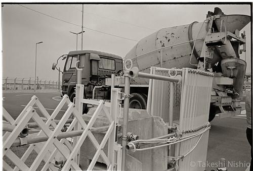 ミキサー車が基地へ入る / cement mixer truck enters to the base