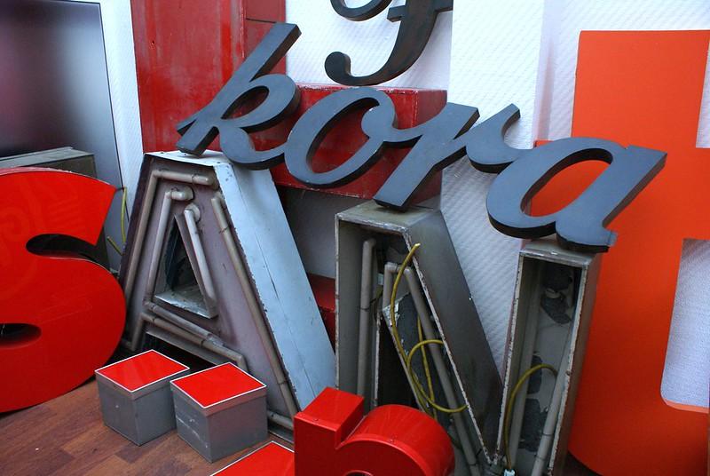 Quelques uns des bouts d'enseignes du musée de la typographie dans son ancien emplacement à Berlin.