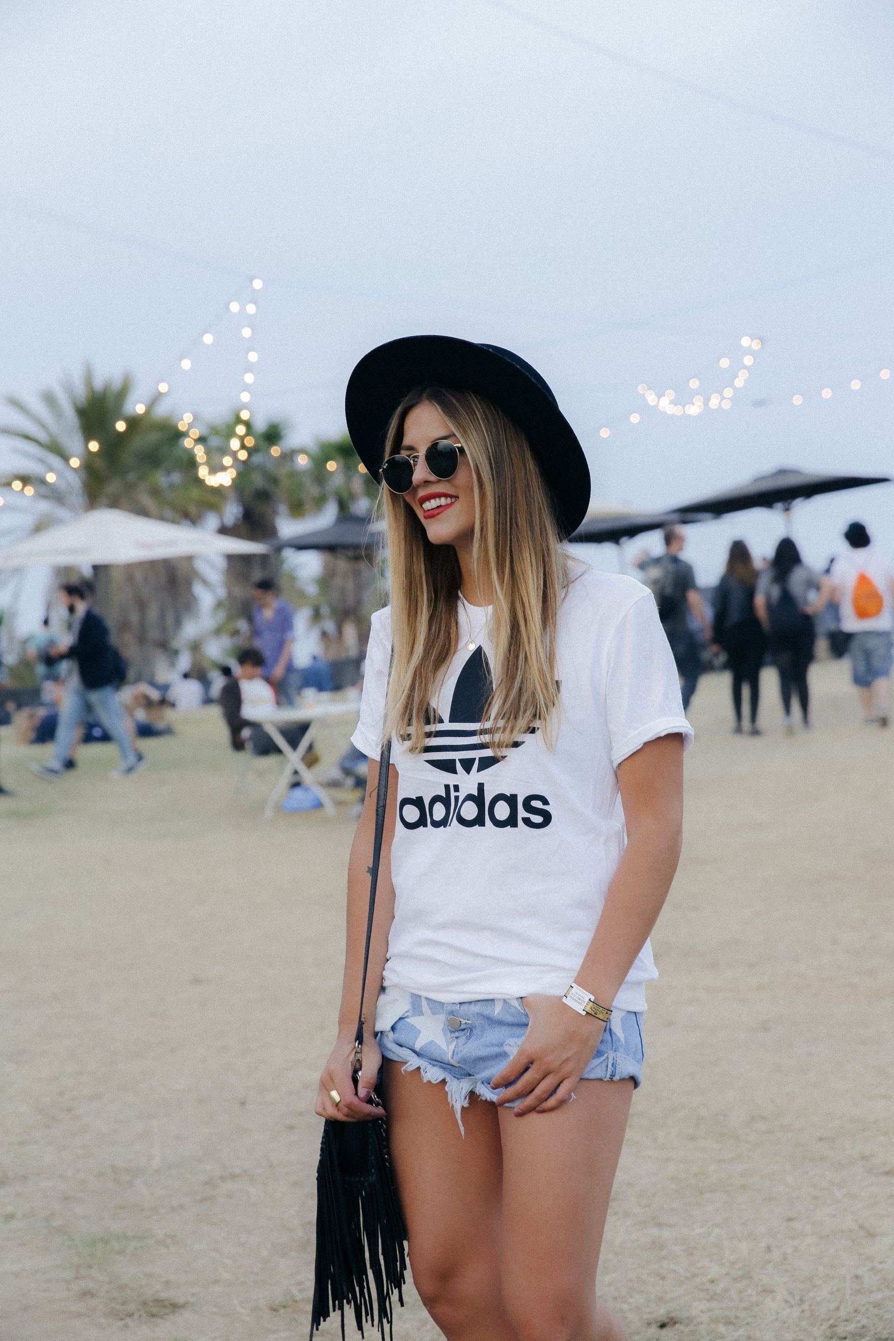 outfit look primavera spring street style trendy taste inspiration jeans shorts festival denim sombrero hat fringes leather boots ankle botines cuero flecos rayban chloe asos adidas primavera sound_8