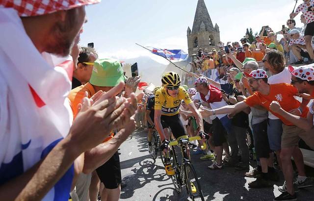 2048x1536-fit_chris-froome-fend-foule-lors-20e-etape-tour-france-25-juillet-2015