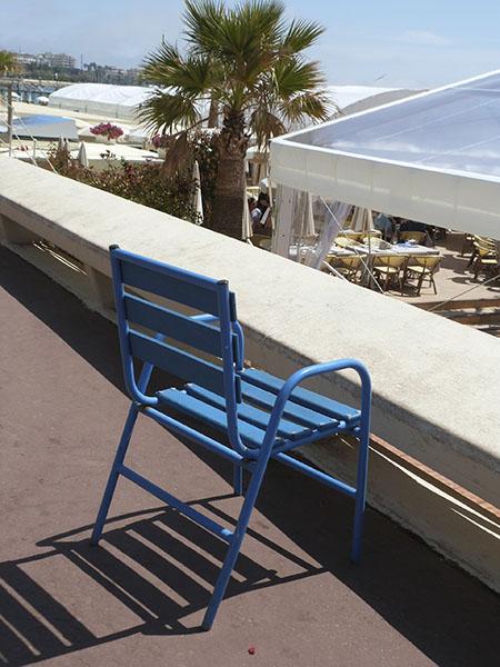 une chaise bleue