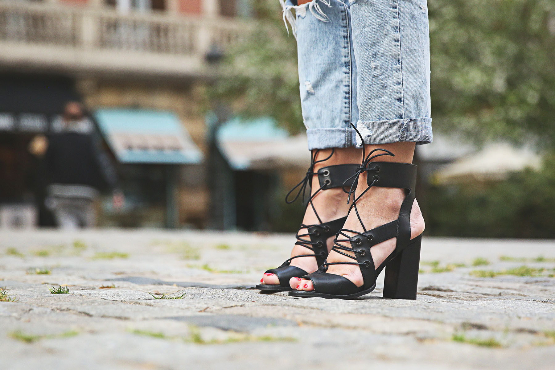 trendy-taste-look-outfit-street-style-ootd-blog-blogger-fashion-spain-moda-españa-boyfriend-vaqueros-jeans-steve-madden-sandalias-verano-primavera-leather-jacket-chaqueta-cuero-khaki-caqui-ripped-rotos-11