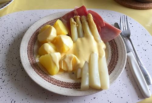Apasaragus with ham, sauce hollandaise & potatoes / Spargel mit Schinken, Sauce Hollandaise & Kartoffeln