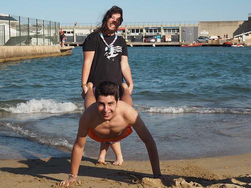 Joves a la platja