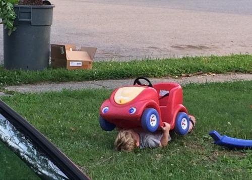 imagen graciosa de niño con coche