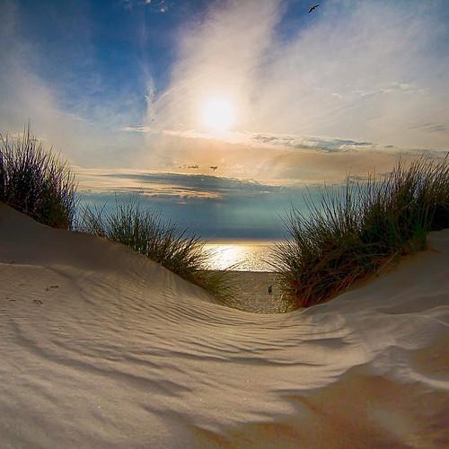 Utopia in Zeeland geplaatst maart 2015 Zicht Op.   Zeeland is inspirerend. Het landschap, de ritme van de zee en het unieke licht trekken veel mensen aan die ter afwisseling van hun vaak druk gevulde leven tot rust willen komen. Onthaasting ten top. Brede
