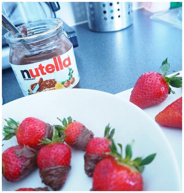mansikkanutella3, nutella, suklaa, chocolate, levite, spread, dip, dipped, covered strawberries, chocolate dipped, suklaa dipattu, jälkiruoka, dessert, kuorrutettu,  mansikka, strawberry, mansikat, punainen, red, yum, herkut, delicacy, välipala, snack,