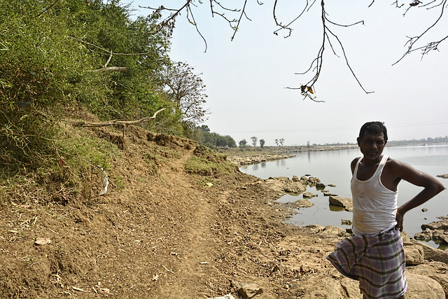 Every year, soil erosion is increasing on the banks of the river. 20-25 farmers have lost almost 20 acres of farming land due to soil erosion in a decade. The main reason for this is the lack of erosion mitigation mechanisms and the building of anicuts on the river, according to Johan Lal Nishad from Nagpura village.
