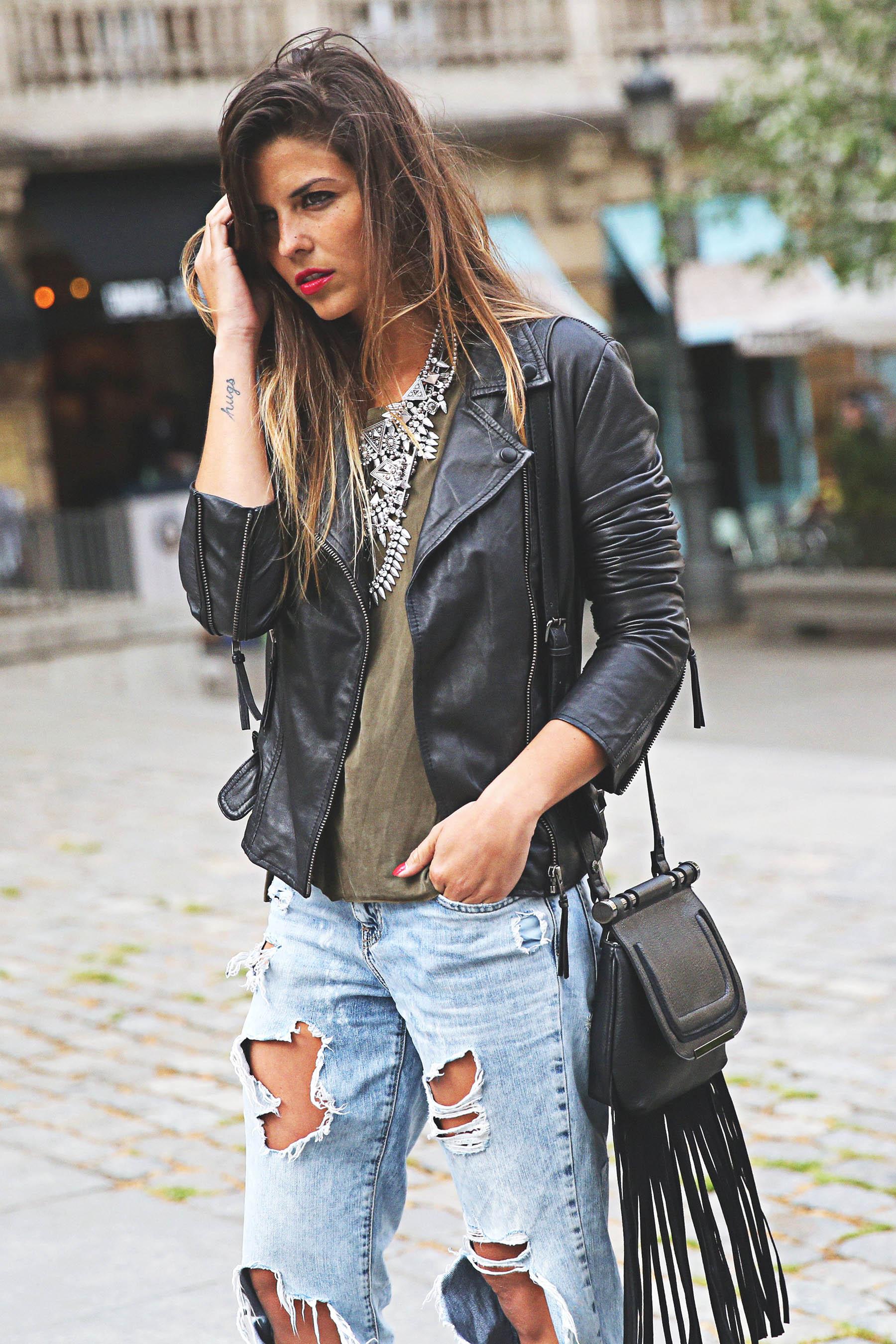 trendy-taste-look-outfit-street-style-ootd-blog-blogger-fashion-spain-moda-españa-boyfriend-vaqueros-jeans-steve-madden-sandalias-verano-primavera-leather-jacket-chaqueta-cuero-khaki-caqui-ripped-rotos-7
