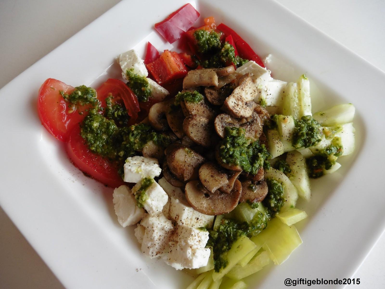 Bunter Salat mit Feta und braunen Champignons, Kräuterdressing