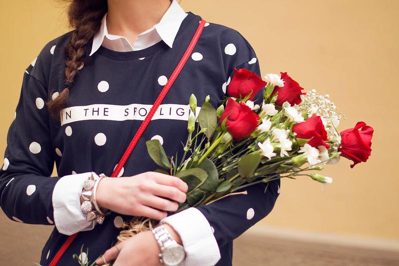 Rosas, jersey topos, trenza, camisa blanca