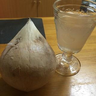 なぜかココナツを買ってきたので、穴を開けてココナツウォーターを。あまーい