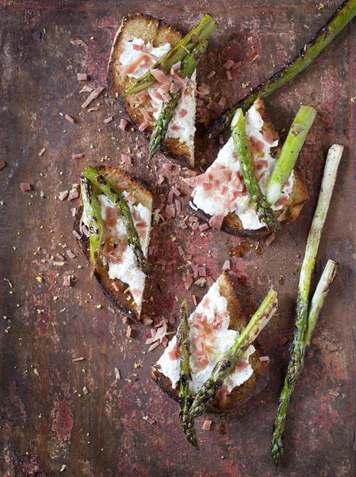 Toast-met-mandjeskaas-en-groene-asperges_web