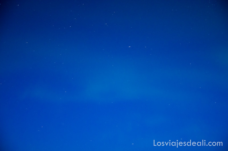 nubes verdes sobre cielo azul oscuro fotografiando auroras boreales