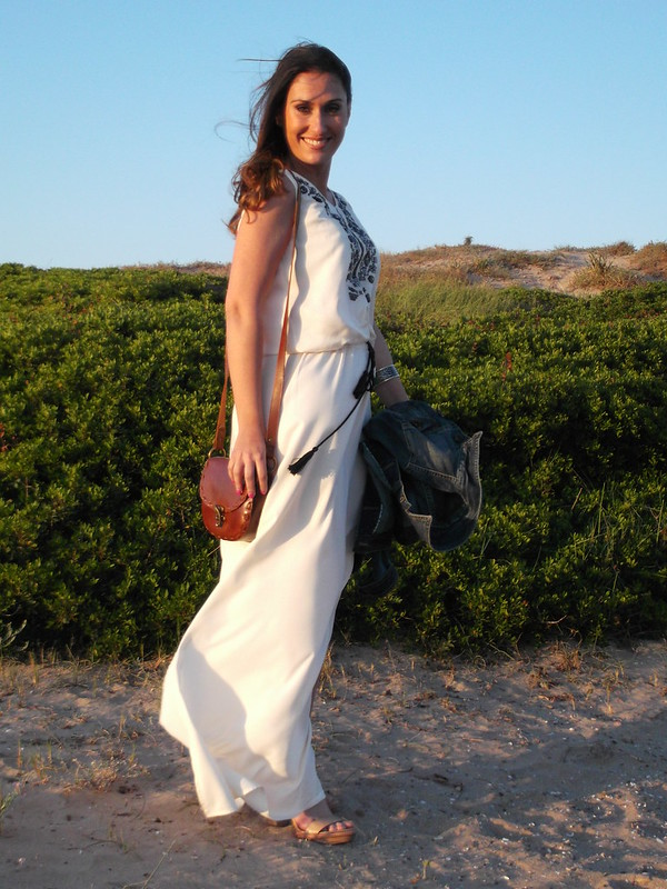 Playa, maxidress beige y negro, étnica, sandalias de madera nude, chaqueta vaquera, mini bandolera de piel marrón, beach, maxidress beige and black, ethnic, nude wooden sandals, denim jacket, mini brown leather shoulder bag, Zara, Massimo Dutti, MAC, MAC Techniques,
