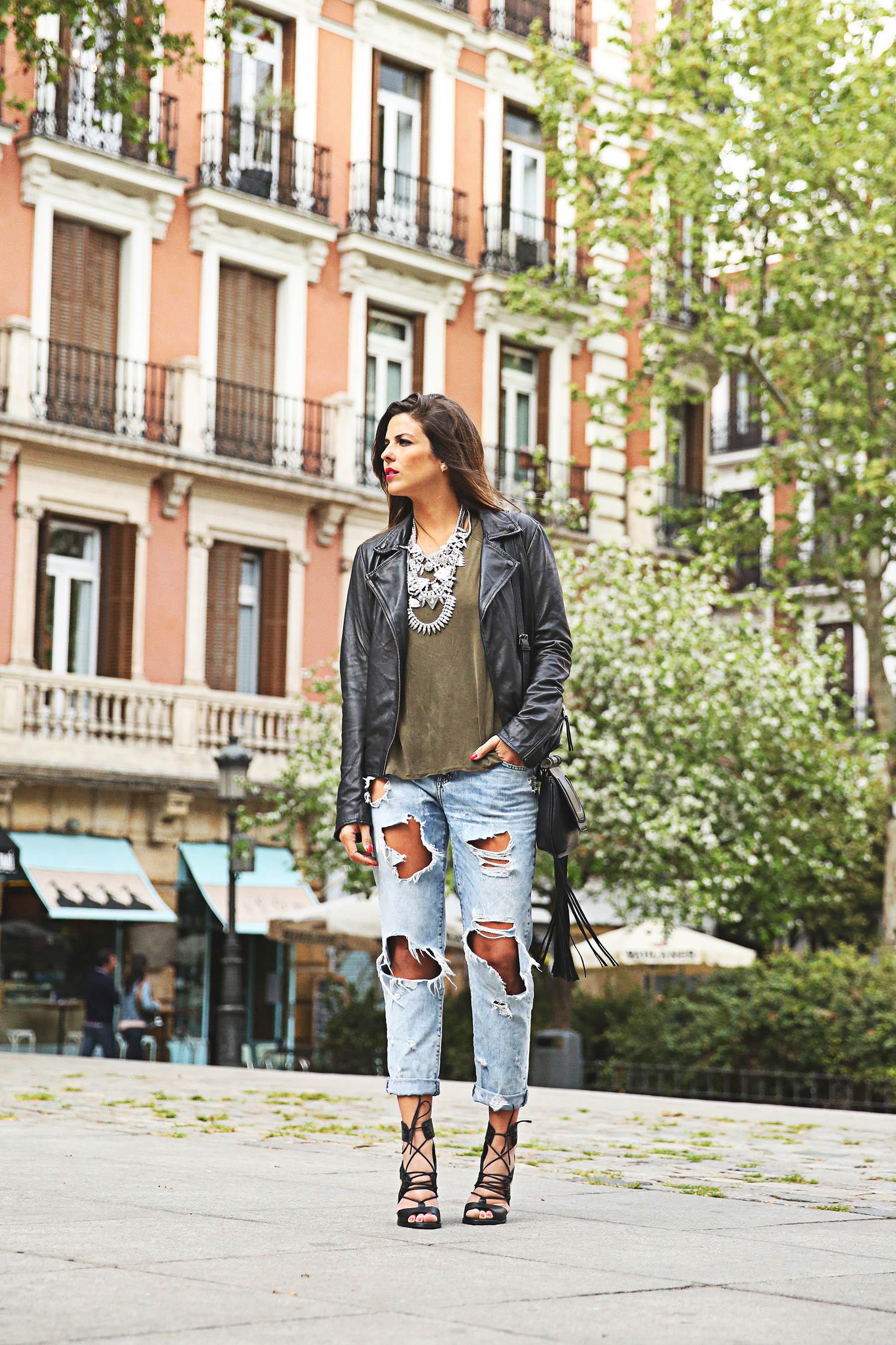trendy-taste-look-outfit-street-style-ootd-blog-blogger-fashion-spain-moda-españa-boyfriend-vaqueros-jeans-steve-madden-sandalias-verano-primavera-leather-jacket-chaqueta-cuero-khaki-caqui-ripped-rotos-4