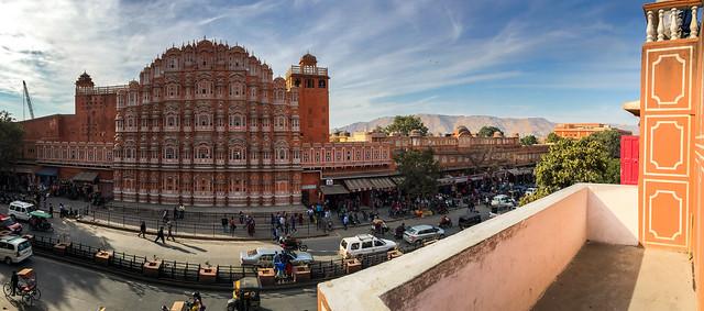 Panoramic view of Hawa Mahal, Jaipur, India ジャイプール、道向かいの建物から見た風の宮殿