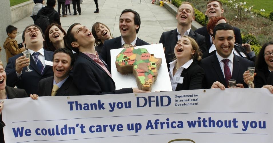 """原本目的是要協助第三世界發展的援助資金,卻被拿來當作擴張自由市場的工具。這樣的現象不是特例。圖為倡議團體扮成商界人士手持香檳與非洲地圖,感謝英國政府的畫面。(影像來源:<a href=""""https://www.flickr.com/photos/wdm/13539906254/"""">Global Justice Now</a>)"""