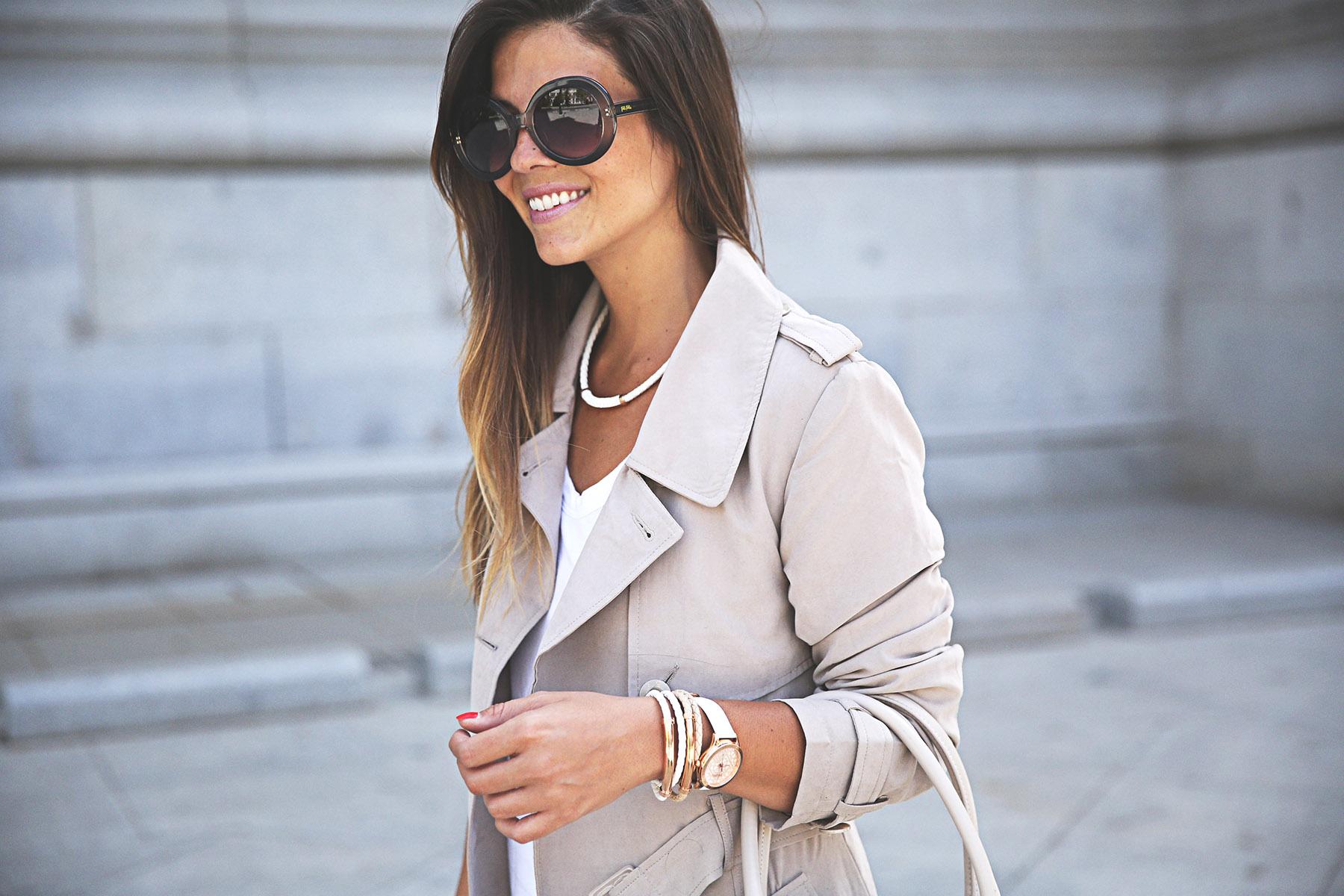 trendy-taste-look-outfit-street-style-ootd-blog-blogger-fashion-spain-moda-españa-folli-follie-shooting-trench-gabardina-adidas-superstar-camiseta-basica-basic-tee-8