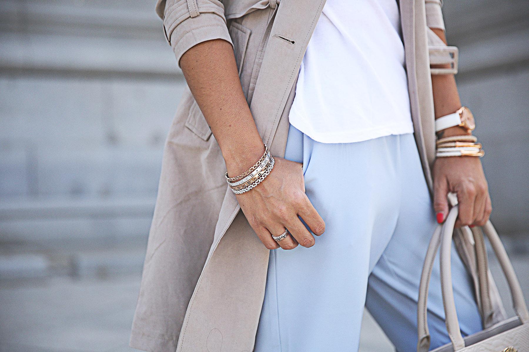 trendy-taste-look-outfit-street-style-ootd-blog-blogger-fashion-spain-moda-españa-folli-follie-shooting-trench-gabardina-adidas-superstar-camiseta-basica-basic-tee-3