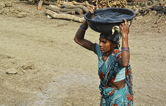 Many women living along the banks of the Shivnath walk 0.5 to 1km to bring safe drinking water. Borewells are the only source of water for many of these residents. Treated water is still a dream to most.