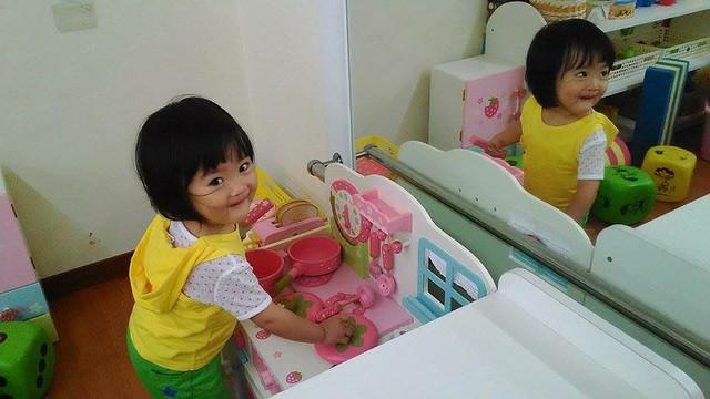 一到托嬰中心就大哭不肯進教室,老師帶進教室讓她玩這區玩具後馬上笑嘻嘻
