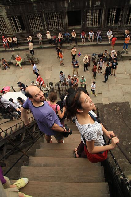 Angkor Wat Bajando la piramide principal con Mai