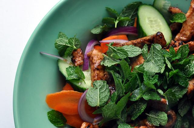 Salat med grillet svinekød