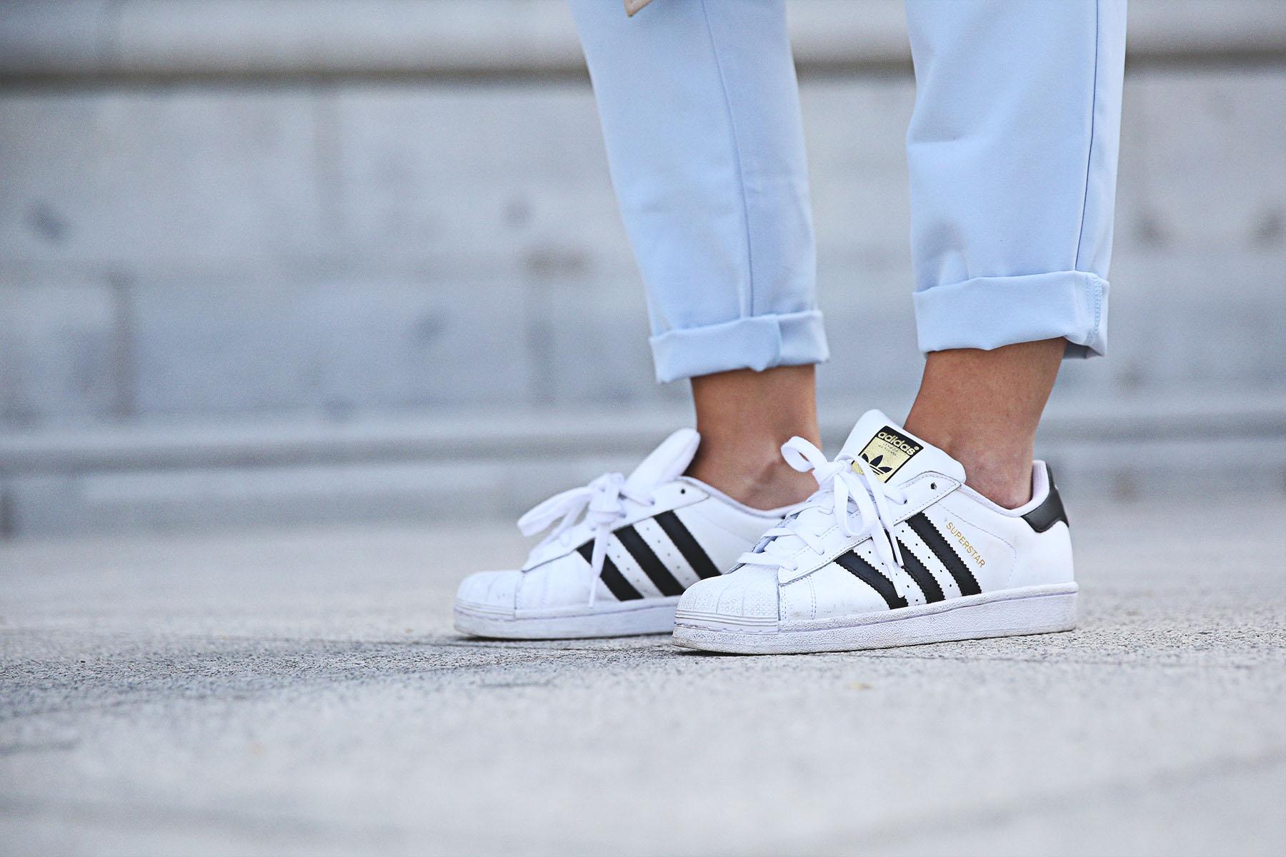 trendy-taste-look-outfit-street-style-ootd-blog-blogger-fashion-spain-moda-españa-folli-follie-shooting-trench-gabardina-adidas-superstar-camiseta-basica-basic-tee-10