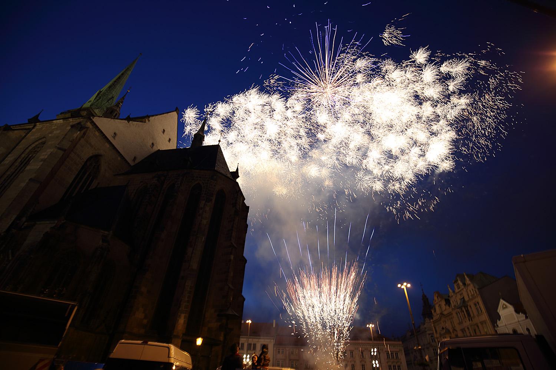 150530_CZE_Viktoria_Plzen_celebration_city_square_fireworks